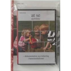 """Dokumentation og evaluering i børneinstitutioner. Inkl. DVD """"at se øjeblikke""""."""